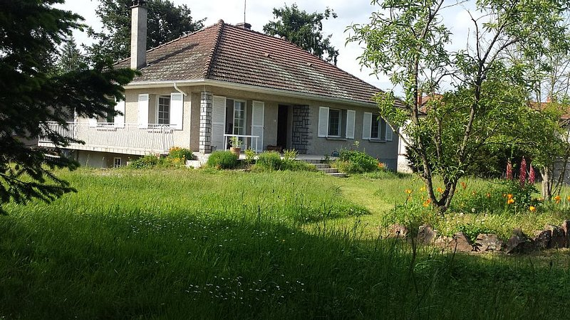 house with garden and tennis court in the heart of Drill, holiday rental in Boen-sur-Lignon