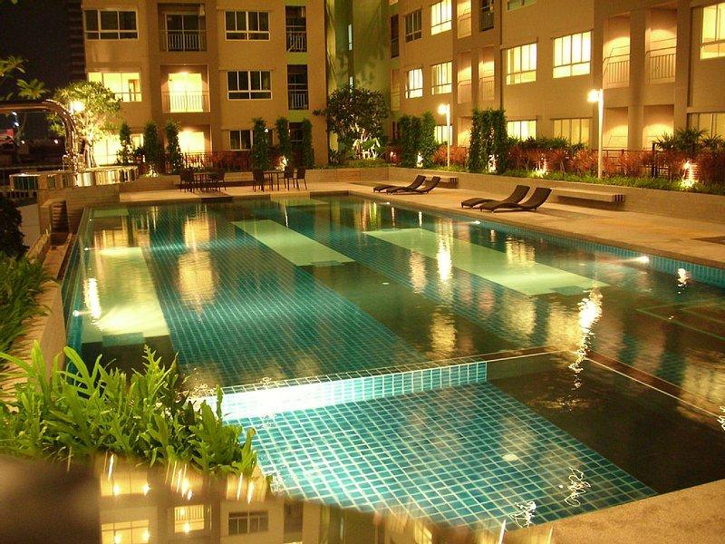 APPARTEMENT PROCHE CENTRE HISTORIQUE DE BANGKOK, RESIDENCE DE LUXE AVEC PISCINE, vakantiewoning in Bangkok