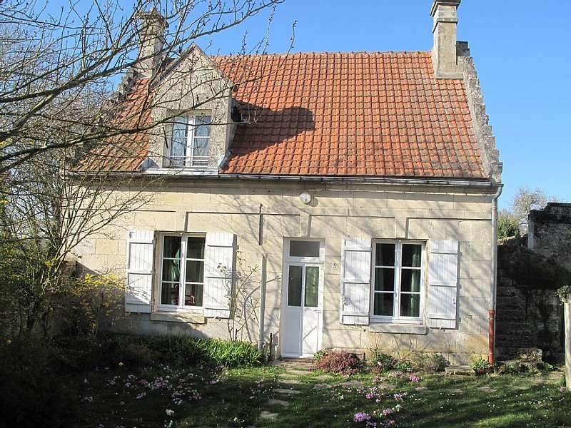 Charmante maison traditionnelle en pierre de taille, au coeur de la verdure., holiday rental in Thourotte