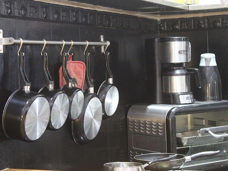 Küche mit Herd, Backofen, Kaffeemaschine, Wasserkocher etc ...