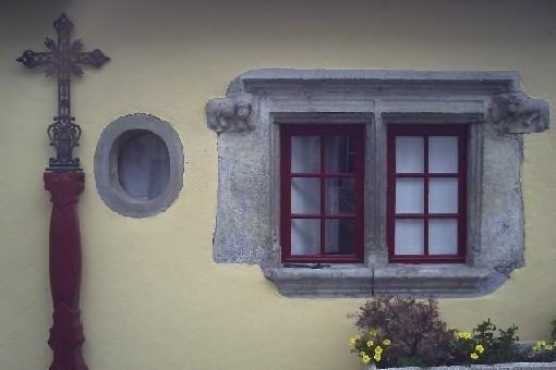 fenêtre Sud à meneau et sculptures