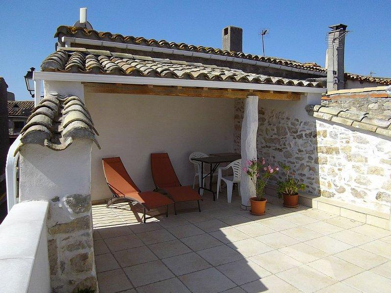 Gîte calme et clair avec terrasse village proche de Carcassonn, vacation rental in Pennautier