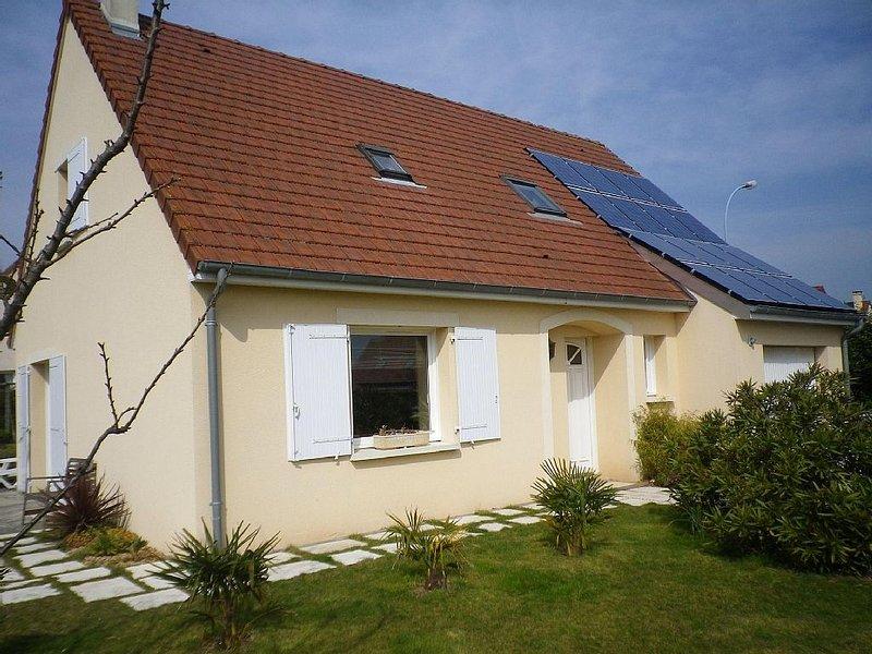 Plage du débarquement : maison avec jardin calme et agréable, holiday rental in Lion-sur-mer