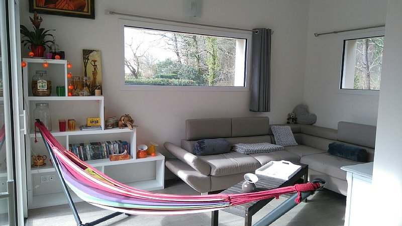 House on the edge of the wood Ploëmel, 15 minutes from the beaches of Erdeven o, vacation rental in Ploemel