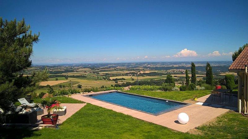 Maison de standing avec vue et piscine dans le pilat région de Condrieu, holiday rental in Roisey