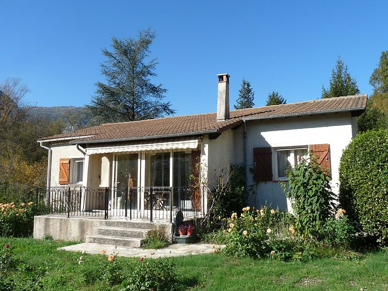 Location Villa indépendante avec jardin méditerranéen entre mer et montagne, holiday rental in Roquebilliere