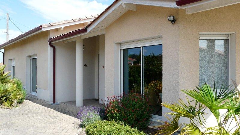 Calme et espace dans maison contemporaine près des grands axes et de Bordeaux, location de vacances à Cubzac-Les-Ponts