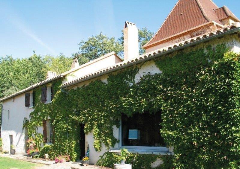 Maison de caractère lisière de forêt, piscine chauffée , 8 personnes, holiday rental in Saint-Germain de Belves