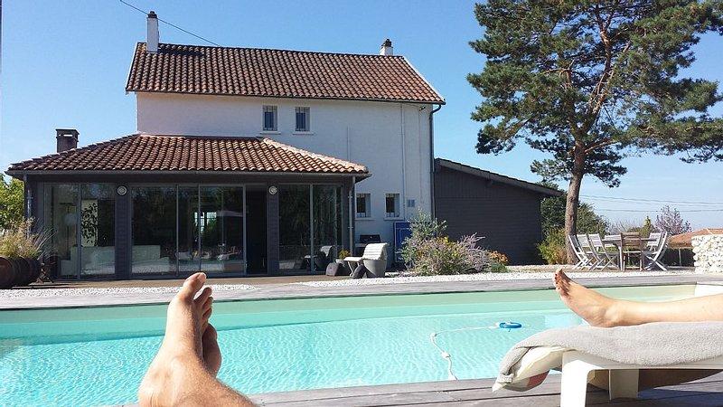Grande maison avec piscine privée sécurisée à Périgueux, aluguéis de temporada em Agonac