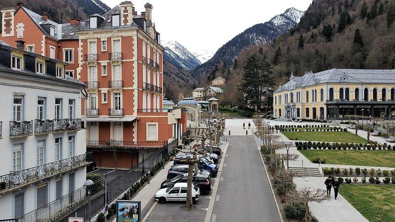 Appartement de standing 55 m2 , plein centre, linge fourni, location de vacances à Cauterets