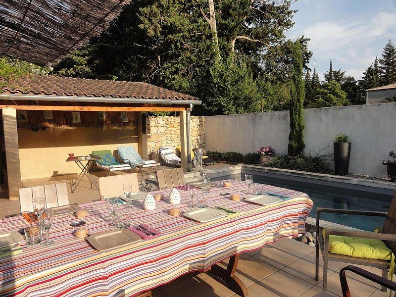 JOLIE MAISON PLEIN SUD AVEC PISCINE à Bagnols sur Cèze, holiday rental in Venejan