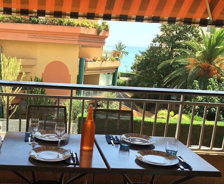 APPARTEMENT 6 pers 150m BORD DE MER CALME GRANDE TERRASSE VUE MER PARKING PRI, vacation rental in Roquebrune-Cap-Martin
