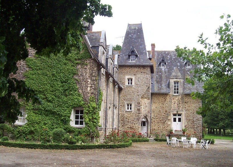 Haut Anjou, Sud Mayenne, château XIXème, appartement d'hôtes 2 pièces à louer, holiday rental in Martigne-Ferchaud