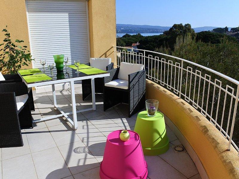 Appartement sur le toit, calme, 5 minutes du centre ville, des plages et du port, holiday rental in Cavalaire-Sur-Mer