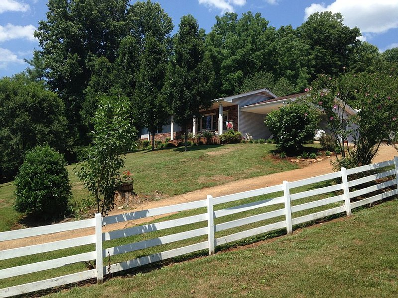 Charming Country Home Nestled In The Beautiful Mountains Of Upper East Tennessee, holiday rental in Elizabethton