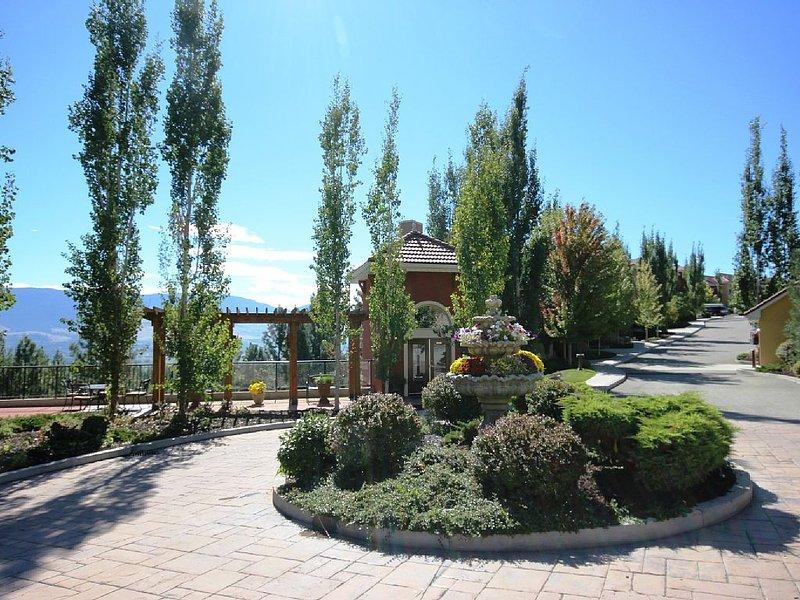 Beautiful Quail Ridge Luxury Condo - New Reduced Rate, holiday rental in Kelowna
