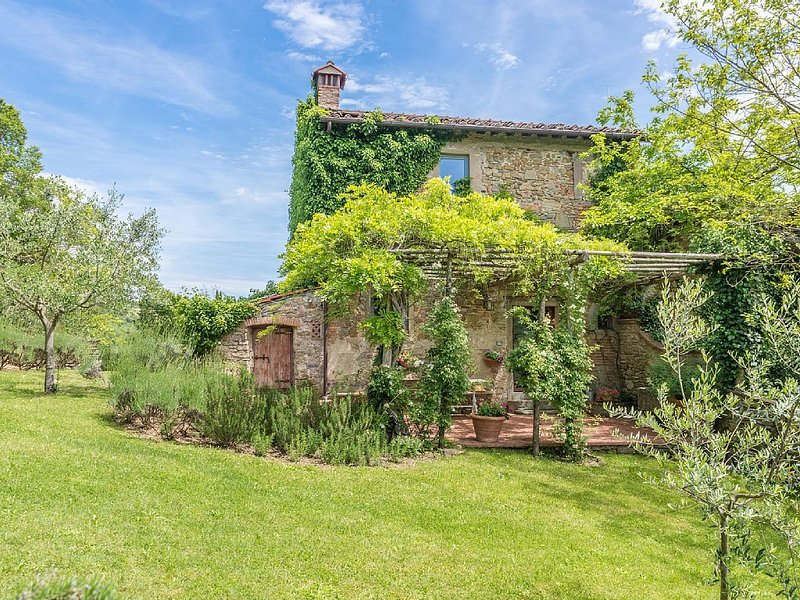 Tuscan Farmhouse, beautifully restored with garden, close to Florence., alquiler vacacional en Galliano
