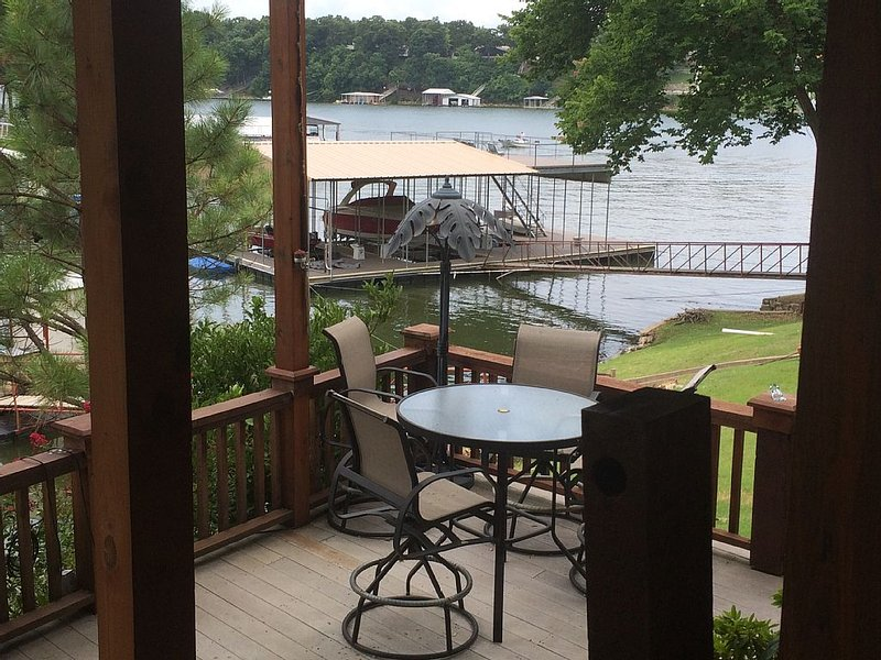 Grand Lake Waterfront Cabin Covered Boat Dock and Carport for One Car Incl., aluguéis de temporada em Spavinaw