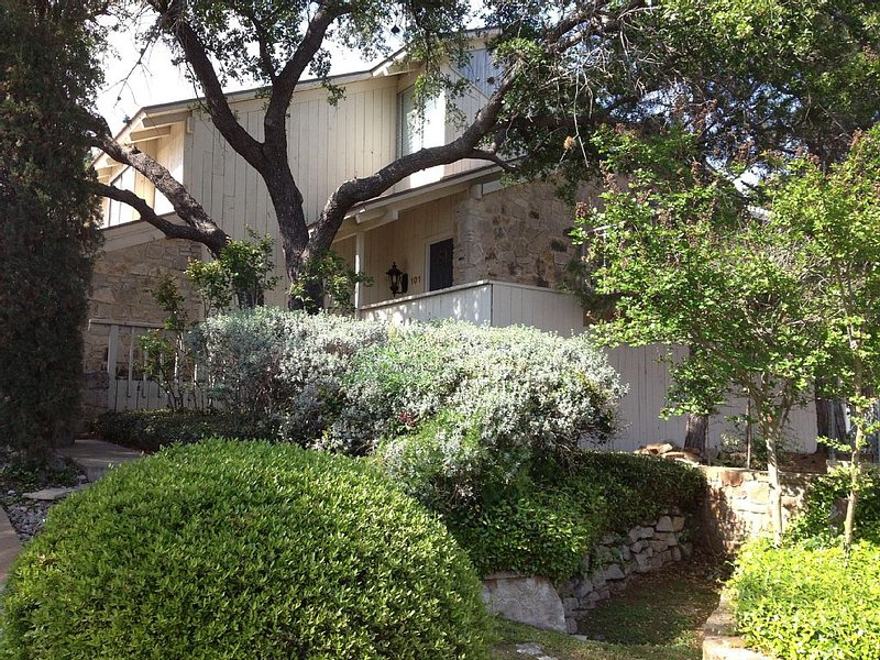 Cute 3/2/1 Condo With Beautiful Views Of Lake LBJ& In The Heart Of HSB!, holiday rental in Horseshoe Bay