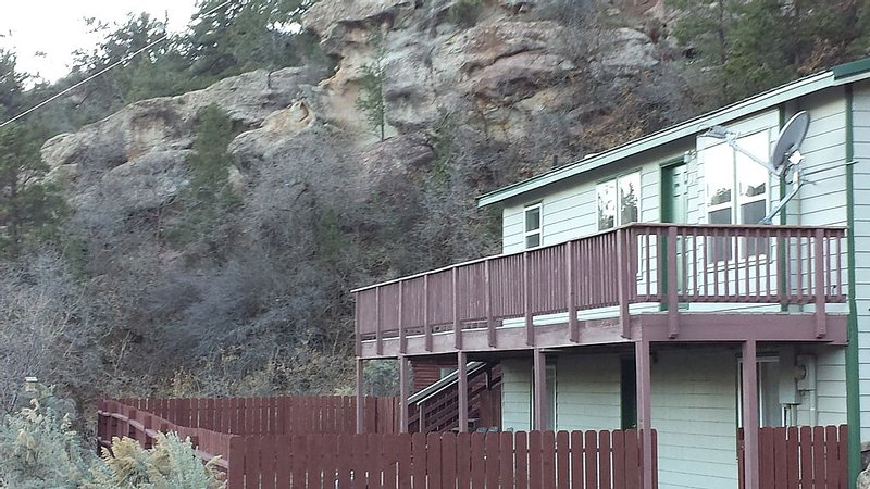 3 Bed 2 Bath Sleeps 8 Next To Rifle Falls State Park & Rifle Mountain Park, holiday rental in New Castle