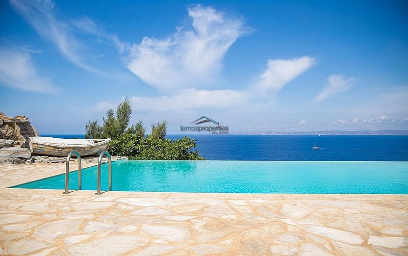 Luxurious waterfront villa with a swimming pool and access to the sea, alquiler vacacional en Melissaki