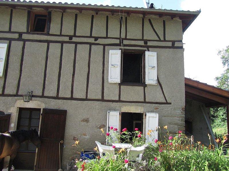 En pleine verdure une maison à colombages avec des lumières apaisantes., vacation rental in Lauresses