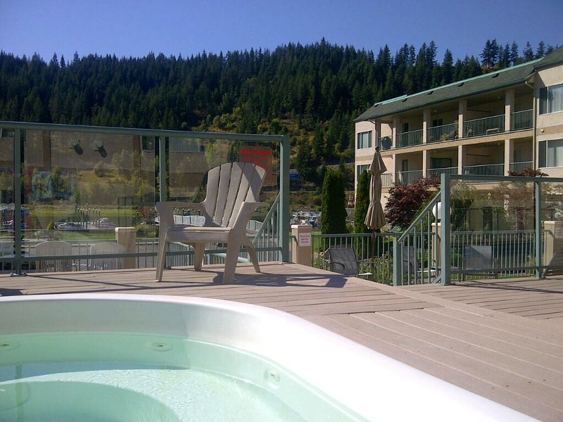 Peaceful Waterfront Penthouse with private dock, pool and hot tub, holiday rental in Canoe