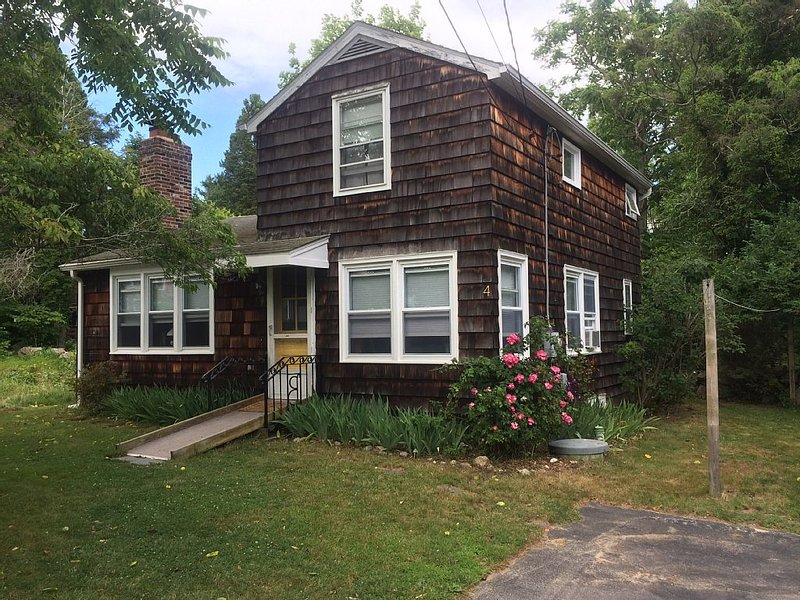 Sunny 2 BR Cottage with private beach (near New London, 2 hours from Manhattan), alquiler vacacional en Groton