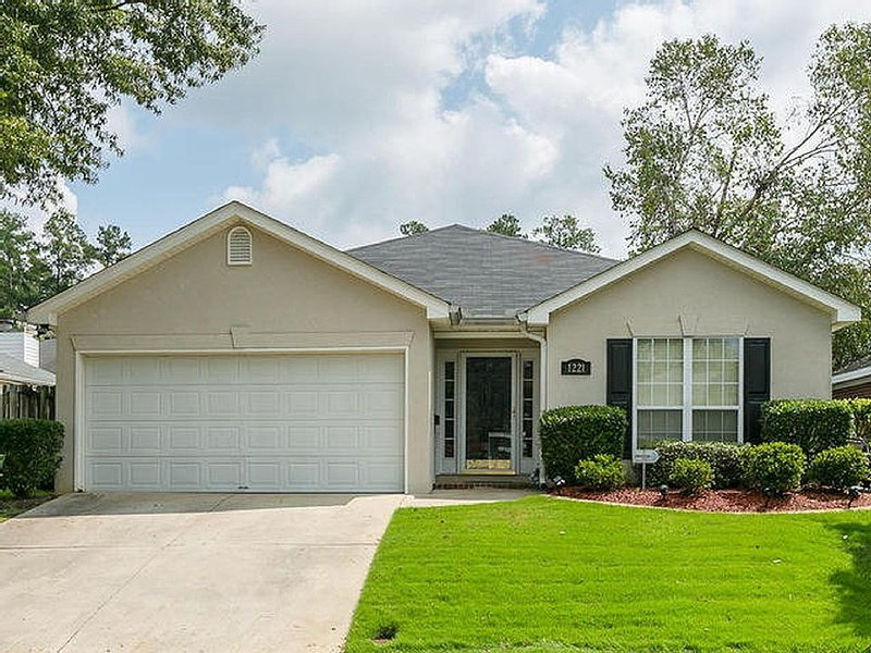 Charming Masters Rental 1.5 Miles To The Augusta National! Perfect Location, vacation rental in Augusta