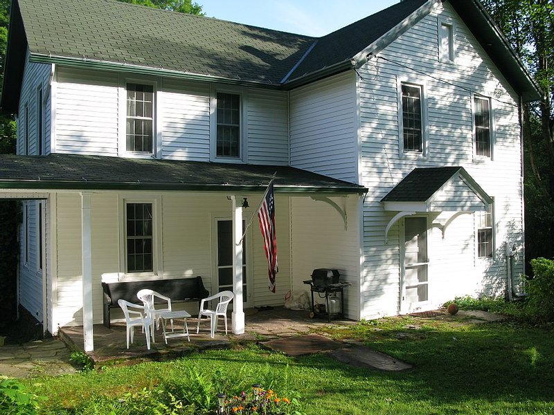The Farmhouse On North Mountain, holiday rental in Cambra