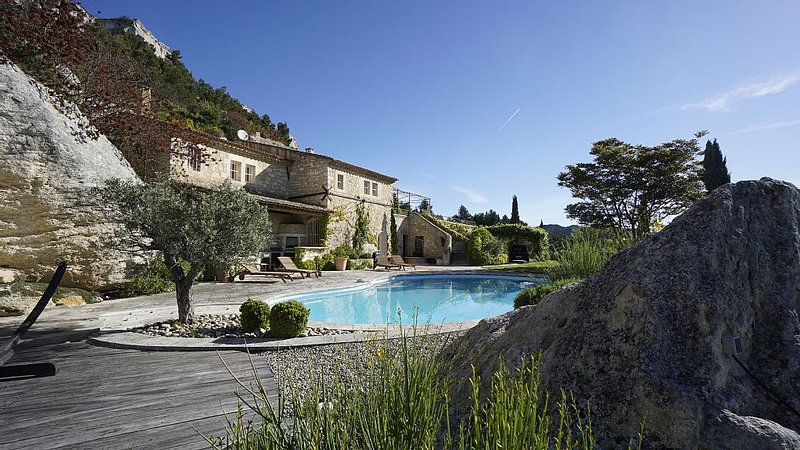 Stunning Property with Magnificent Views, Sleeps 6-10, holiday rental in Les Baux de Provence
