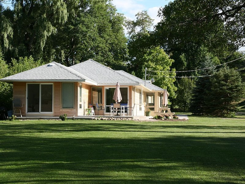 Lakefront Getaway- Gourmet Dinners and Breakfasts on Request, holiday rental in Ripley