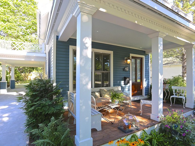 Dreamy Cottage, Perfect Location to Lakes and Town! Cutest Cottage in Charlevoix, vacation rental in Charlevoix County