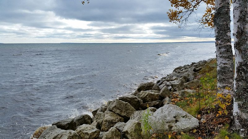 Modern Cottage with Amazing view of Lake Superior, casa vacanza a Bay Mills Township