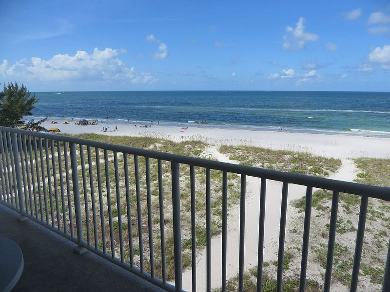 Stunning views in upscale beach front unit close to John's Pass, holiday rental in Madeira Beach