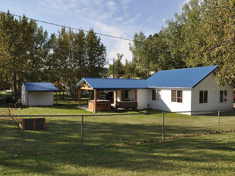 Creekside Custer Vacation Cabin, holiday rental in Custer