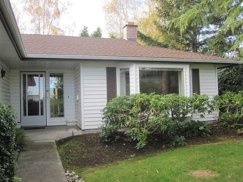 Lovely 2 bedroom 1 level house in a great location close to UVIC, holiday rental in Saanich