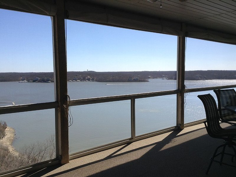 Spacious Penthouse At Emerald Bay! 4 Bedrooms - 4 Full Baths. 2400 Square Feet, holiday rental in Lake Ozark