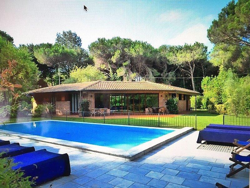 Incantevole villa , piscina privata e giardino, sulla costa toscana, vacation rental in Ronchi