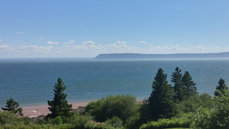 Ocean Song Cottages.  Spectacular ocean views. Free Wifi!!, aluguéis de temporada em Parrsboro