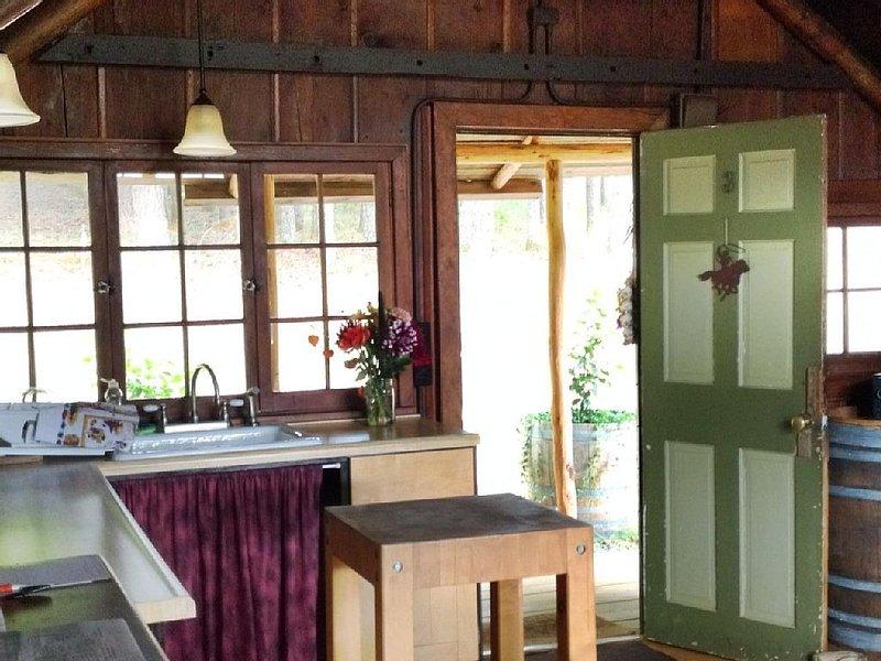 Little Cabin at Wren Vineyard, holiday rental in Corvallis