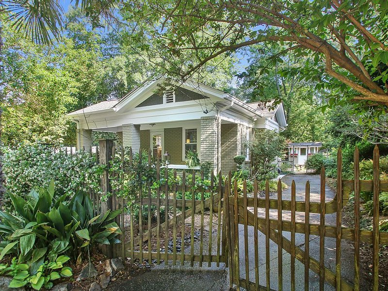 Charming Decatur Bungalow, holiday rental in Decatur