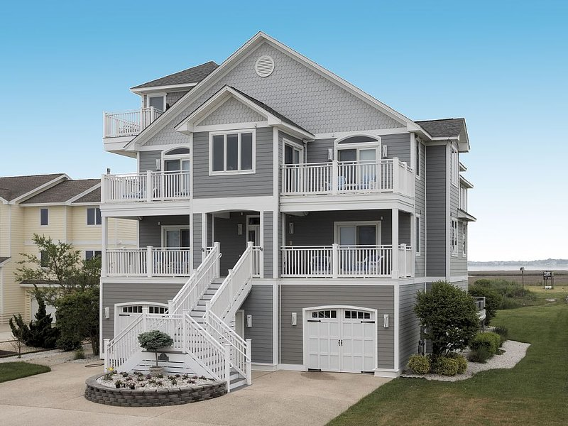 Magnificient 5200 + Square Foot Waterfront Home With Elevator, vacation rental in Cedar Neck