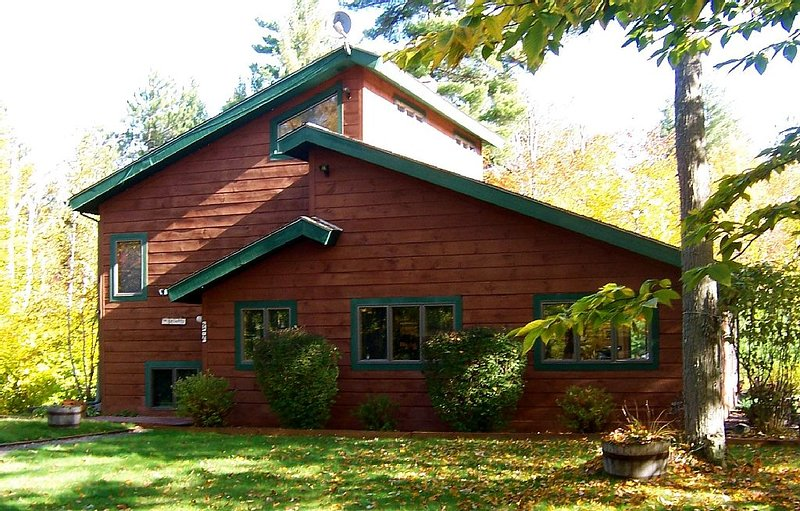 Escape to peace and quiet on a secluded and rustic retreat on 22 wooded acres!, holiday rental in Wilmington
