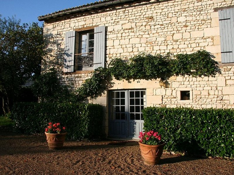 Stone Cottage, 2 bedrooms up to 6, pool, in a XVIIth C Castle, Loire Valley, holiday rental in Les Trois-Moutiers