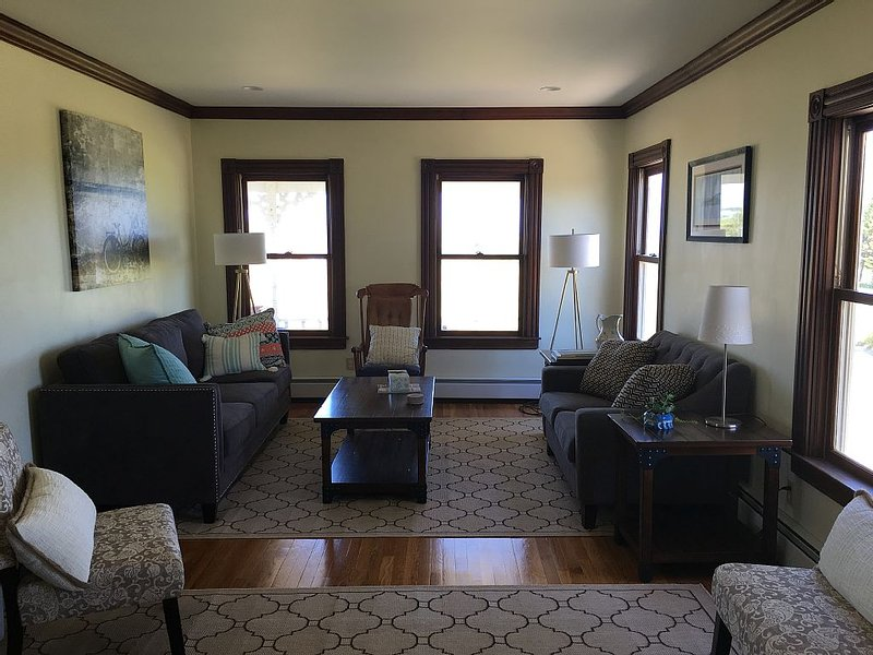 Beautiful year-round 5 bedroom close to town and beaches!, location de vacances à Washington County