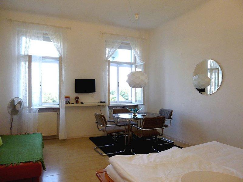 Bright Studio in Central Location, holiday rental in Gerasdorf bei Wien