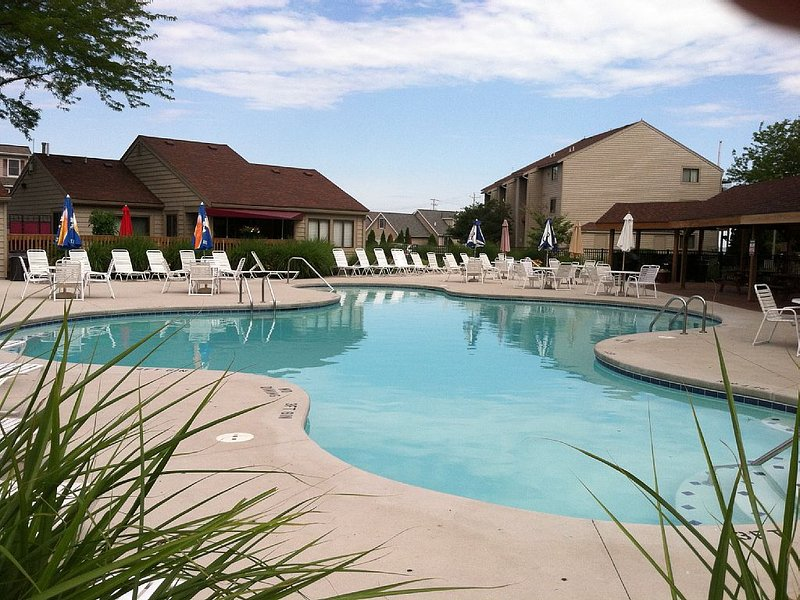Newly Updated-2 Bedrooms & 2 Baths-  Pool & Hot Tub & 5 minute walk to Jet-Xpres, holiday rental in Port Clinton