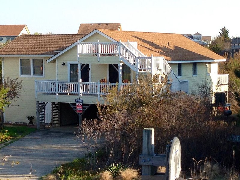 4 BR Cottage with separate private suite, 9 lots to beach, Hot Tub, pet friendly, holiday rental in Duck