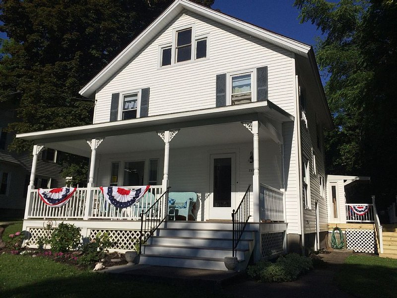 Sleeps 14, Lakeview Across from Historic Sodus Point Lighthouse. – semesterbostad i Sodus Point
